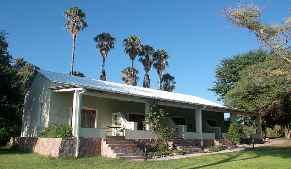 Guest wing of Ghaub in historic style against old palm trees of the former mission station